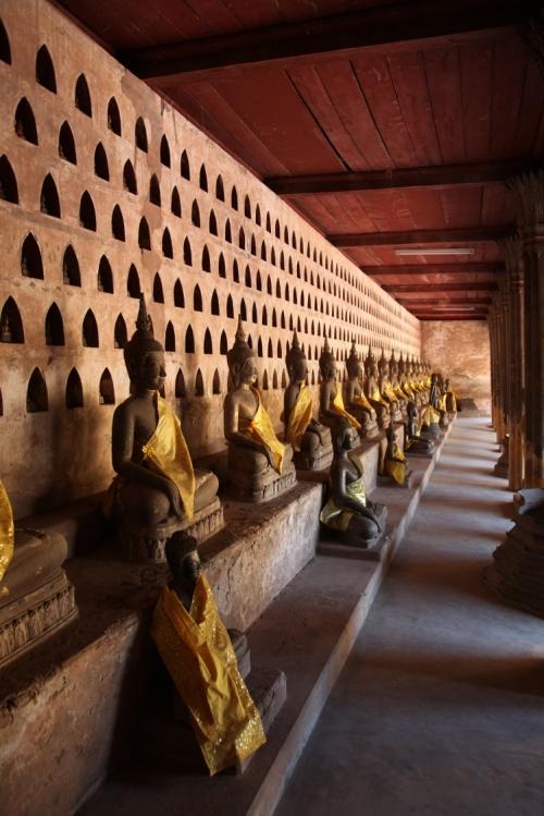 Wat Si Saket er et tempel som er omgitt med rekker av Buddhaer. De finnes også i små utgaver i hver av nisjene.